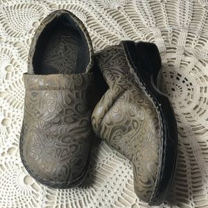 BOC BORN CONCEPT SIZE 9 LEATHER EMBOSSED CLOG
